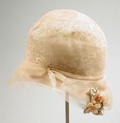 Cloche - Made in United States - Silk tulle, starched lace , horsehair braid cloche hat - The Los Angeles County Museum of Art 20s Fashion, Fashion History, Art Deco Fashion, Vintage Fashion, Historical Costume, Historical Clothing, 1920s Clothing, Vintage Clothing, Look Vintage
