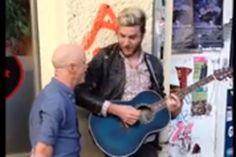 Tocava na rua e de repente tem chance de fazer dueto com cantor da música http://www.bluebus.com.br/estava-tocando-na-rua-e-de-repente-tem-chance-de-fazer-dueto-c-cantor-original-veja/