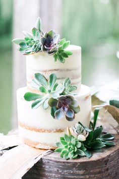 This rustic semi-naked cake from @willowpops is stunning. It can be adorned by either flowers or fruit, but either way, it makes the perfect choice for a countryside wedding.