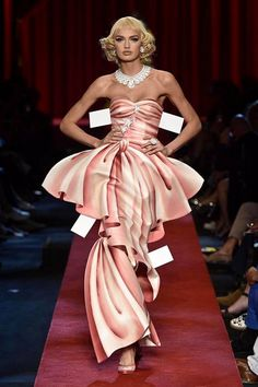 Moschinon muotinäytös uskomatonta leikittelyä – mallit näyttävät aivan paperinukeilta - Muoti & Kauneus - Ilta-Sanomat