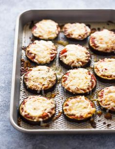 Low-carb eggplant pizza bites: Eggplant slices topped with garlic, pizza sauce and cheese. These simple bites are made with just 6 simple ingredients in under 30 minutes and make the perfect healthy low-carb snack or meal. Weight Loss Meals, Healthy Dinner Recipes For Weight Loss, Healthy Low Carb Snacks, Health Snacks, Healthy Eating, Vegetarian Snacks, Keto Foods, Pastas Recipes, Low Carb Recipes