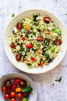 This Greek orzo salad is a fun spin on the traditional Greek salad with the addition of orzo pasta and grilled zucchini. Use the best of the summer produce! Orzo Pasta Recipes, Pasta Dishes, Greek Orzo Salad, Pasta Salad, Healthy Menu, Healthy Recipes, Savoury Recipes, Healthy Lunches, Top Recipes