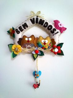Enfeite Bem vindos com casal corujinhas em feltro. Decoração: com flores, passarinho, corações, contas de madeira, palhinha e botõezinhos. R$ 65,00