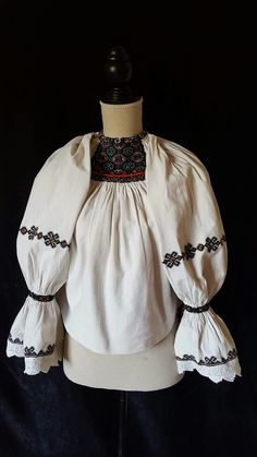 c/o Ie Vie. Embroidery Online, Folk Embroidery, Learn Embroidery, Embroidery Designs, Folk Clothing, Historical Women, Antique Quilts, Folk Costume, Peasant Blouse