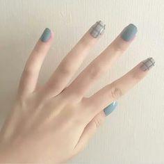 Esmaltação azul com nail art xadrez