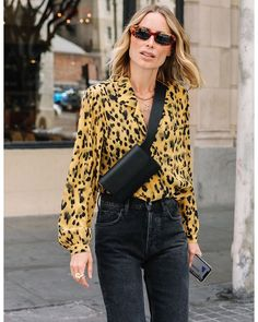 Fashion Dresses Trendy abstract animal print blouse with high waisted denim jeans. Annie Bing, Cool Outfits, Casual Outfits, Fashion Outfits, Jeans Fashion, Looks Style, My Style, Latest Fashion For Women, Womens Fashion