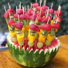 Mesa de frutas: 70 maneiras de decorar com muitas cores e sabores - cumple tía sonia - Festa Fruit Birthday, Watermelon Birthday, Flamingo Birthday, Flamingo Party, Luau Theme Party, Hawaiian Party Decorations, Fruit Party, Party Snacks, Luau Party Cupcakes