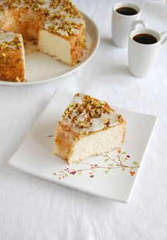 ✔ Bolo de claras e limão siciliano com calda de limão siciliano e pistache /  Lemon angel food cake with lemon glaze and pistachios