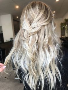balayage blonde et coiffure avec ondulations