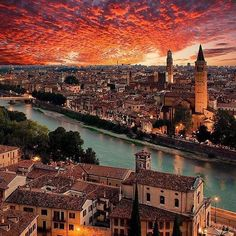 Verona é cenário de uma das mais belas histórias de amor que conhecemos: Romeu e Julieta. O trágico conto de amor ficou imortalizado nas palavras de William Shakespeare mas na verdade é uma velha lenda italiana que ao longo dos tempos adquiriu diferentes versões. Use a #filtravell em seus posts de viagem turismo etc... Verona / Itália : @inn_praha #ftll #europa #europe #itália #italia #italy #viagem #verona #férias #ferias #travel #traveltrip #iatalytrip #itáliatrip #italiatrip #bestplace…
