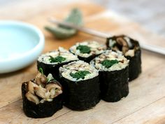 shiitake mushroom spinach brown rice sushi roll... this should cure my no-sushi-allowed-pregnant belly!