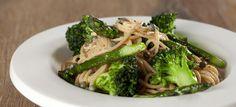 Pasta med broccoli, asparges, parmaesan og kapers. Let og lækker pastaret som kan spises til frokost eller aftensmaden. Klik her og se opskriften