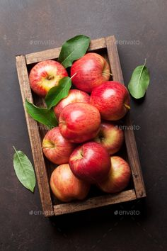 Apple Art, Red Apple, Apples Photography, Food Photography, Still Life Pictures, Apricot Recipes, Apple Painting, Fruits Photos, Rustic Wallpaper