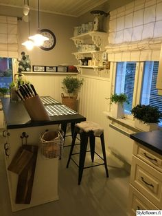 keittiö,baaripöytä,baarijakkarat