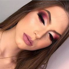 I really like these Gosto muito dessas cores Beautiful makeup inspiration ! The super colors combined, in addition to being a party make-up, wedding make-up. Learn to put on makeup ⤵️🥰 - Fancy Makeup, Makeup Eye Looks, Glam Makeup Look, Smokey Eye Makeup, Eyeshadow Makeup, Pink Eyeshadow, Eyeshadows, Maquillage Or Rose, Maquillage Black