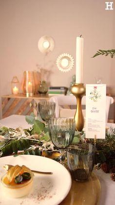 Süßer, äh Verzeihung grüner die Glocken nie klingen und während sich einige Weihnachtsmuffel noch vor dem Fest der Liebe sträuben, zeigen wir euch im dritten Teil aus unserer Serie festliche Tischdeko, mit welchen Tipps und Tricks man selbst mit jeder Menge natürlichen Elementen für einen großen weihnachtlichen Wow-Effekt an einer gedeckten Tafel sorgen kann. Lady Diana, Romances, Diy Bedroom Decor, Home Decor, Aesthetic Wallpapers, Starbucks, Chakra, Table Settings, Table Decorations
