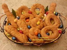 Biscotti Di Pasqua Calabresi I biscotti di Pasqua Calabresi, la cui ricetta viene tramandata di generazione in generazione, sono golosissimi e sono ottimi da inzuppare nel latte o da mangiare con la cioccolata dell'uovo di Pasqua.