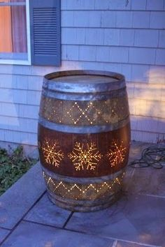 DIY Ideas With Old Barrels - Light Up Whiskey Barrel - Rustic Farmhouse Decor Tu. - DIY Ideas With Old Barrels – Light Up Whiskey Barrel – Rustic Farmhouse Decor Tutorials and Pro - Rustic Wall Art, Rustic Walls, Rustic Farmhouse Decor, Rustic Decor, Farmhouse Style, Farmhouse Ideas, Western Outdoor Decor, Rustic Patio, Wine Decor