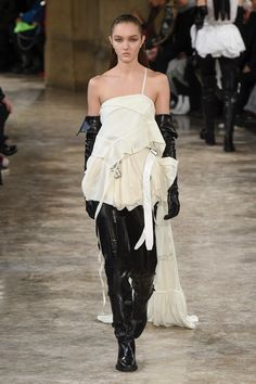 The complete Ann Demeulemeester Fall 2018 Ready-to-Wear fashion show now on Vogue Runway. Ann Demeulemeester, Vogue Paris, Elegant Gloves, Fashion Cover, Vogue Russia, Kpop, Fashion Show Collection, Cute Woman, White Fashion
