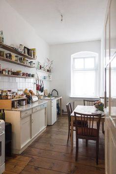 Wunderschöne Altbauküche mit hohen Decken und Regalen für Gewürze, Geschirr und Lebensmittel. Kücheneinrichtungsinspiration aus Berlin.