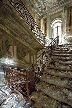 Terk edilmiş yapı -merdiven