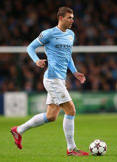 Edin Džeko, futbolista bosnio. Juega de delantero y su actual equipo es el Manchester City.