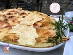 il pane carasau in padella è una ricetta velocissima per un antipasto o uno stuzzichino facile e buonissimo.