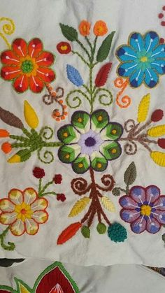 Bordados Floral Embroidery Patterns, Mexican Embroidery, Embroidery Stitches Tutorial, Wool Embroidery, Embroidery Hoop Art, Ribbon Embroidery, Embroidery Designs, Beginner Henna Designs, Bordado Floral
