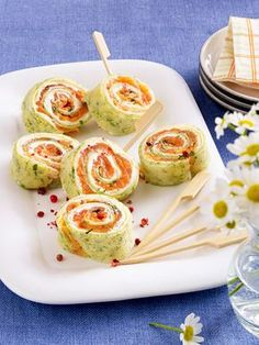 Köstliches Fingerfood: Kräuter-Pfannkuchen-Röllchen mit Graved Lachs und Meerettichcreme