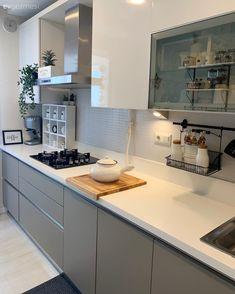 Bu İstanbul Evinin Yeni Dekorunu Çok Seveceksiniz! Kitchen Room Design, Kitchen Rug, Modern Kitchen Design, Home Decor Kitchen, Kitchen Interior, Kitchen White, Kitchen Cabinets Without Handles, Kitchen Worktop, Kitchen Counters