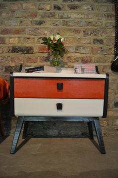 Couleurs blanc, gris et orange d'époque. Fifties Style, Fifties Fashion, Orange, Gray, Colors, Furniture, White People