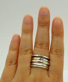 Eine breite poliertem Silber Ring mit 9K Gelbgold und Silber Schwenk spinner Ringe für Männer und Frauen. Das Zentrum hat kostenlose gehämmert Silber Ring Roségold Kreisen darauf .  Sie sind an einer anderen großen spinner Ring sucht aus meiner Sammlung . Der Ring ist 14 mm breit und hat zwei gehämmert Gelbgold spinner Ringe und ein silbernes Band mit Roségold Kreise an der Spitze + 2 weitere dünne gehämmert Silber Ringe . eine schöne und unterschiedliche Ehering thatwill immer schauen auf…