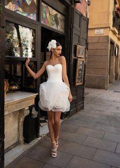Modelos que enamoran.    #CasamientosAr #Organizaciondecasamientos #Casamiento #Boda #Novias #TipsNupciales #CaminoAlAltar #LookNupcial #LookDeNovia #VestidoDeNovia #VestidoDeNoviaCorto #VestidoDeNoviaParacivil   #VestidoRomantico European Wedding Dresses, Second Wedding Dresses, Bridal Dresses, Pronovias Dresses, Pronovias Wedding Dress, Designer Evening Gowns, Designer Wedding Dresses, Lillian West, Bridal Gallery