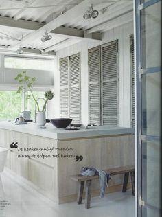 stoere keuken met grote louvredeuren