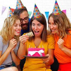 ¡Haz felices a las personas con estas 8 ideas de regalos! 5 Min Crafts, 5 Minute Crafts Videos, Diy Crafts Hacks, Diy Crafts For Gifts, Diy Home Crafts, Diy Arts And Crafts, Craft Videos, Diy Videos, Cool Paper Crafts