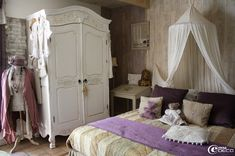Chambre patinée de chaux colorée, dans un mas en Provence