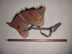 Steckenpferd aus Nußbaum mit Zügel aus Leder