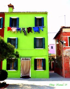 I LOVE the colored houses of Burano Italy. Check out more STUNNING photos on the site.