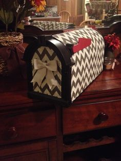 Chevron burlap revamped mailbox