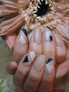 I'm obssed with geometric shapes lately....and I love these Geometric Nails @_@