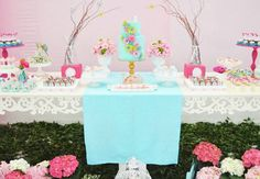 Borboletas, flores e fadas: a combinação que agrada a maioria das meninas compõe a decoração romântica desse aniversário, com elementos rústicos e naturais. Inspire-se nesta festa infantil provençal! #jardimdeflores