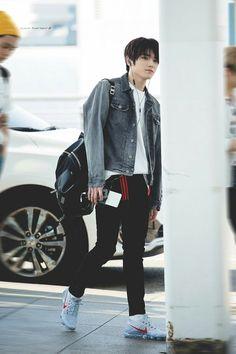 he looks like he just got out from a manga 😪💗 Korean Fashion Men, Kpop Fashion, Asian Fashion, Mens Fashion, Fashion Outfits, Airport Fashion, Fasion, Lee Taeyong, Nct 127