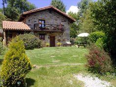Alquiler de cabaña rural El Haza en Riotuerto, La Cavada, Cantabria.Situada en una finca de 3.000 m2, con muebles de jardín, con vistas a la montaña y en plena naturaleza, ideal para descansar y relajarse.