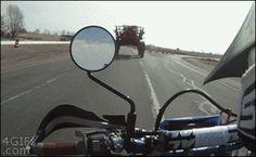 Il passe sous un engin agricole, est une image drôle publiée le 20 Mars 2014 par CARTAPUCE. Un gif animé drole