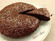Questa torta al cioccolato senza uova e senza burro è un dolce davvero goloso, facilissimo da preparare e che in inforna nel giro di pochi minuti.