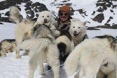"""#FrancisLalanne entouré des """"acteurs"""" du tournage de Suli Avunga au #Groenland pour ce #tourdumonde musical."""