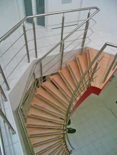 Een wenteltrap is een royale trap die vrij staat in de ruimte. De wenteltrap kenmerkt zich als de trap met een elegant en glooiende vorm. Je zou denken dat een wenteltrap om een spil is gewenteld, maar dat is niet helemaal correct. Deze elegante trap siert namelijk de ruimte met twee zwierende gewalste trapbomen die tegenaan de verdiepingsvloer en of boven op de vloer zijn bevestigd. De twee trapbomen zijn de dragende constructie van de trap.