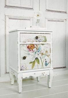 Vintage Nachttisch mit Blumen im Shabby Look, Landhausstil, Schlafzimmer / classic white bed table with flowers made by Windschief Living via DaWanda.com