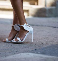 Les chaussures haut perchées des modeuses à la Fashion Week / shoes stilletos high heels wings white