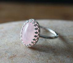 ►Sterling plata anillo con un cuarzo rosa de 14 x 10 mm. La piedra se encuentra en una taza de bisel de alambre de galería.  ►el anillo banda es muy cómodo y tiene un diámetro de 1,6 mm elegancia y encanto con simplicidad escandinava.  ►Size: 2 a 15  Juego collar y aretes están disponibles. Por favor en contacto conmigo para esas opciones.  ►las nuestra joyería es hecha a mano en los Estados Unidos con la plata que principalmente ha sido reciclado o procedente de las minas que se adhieren a…